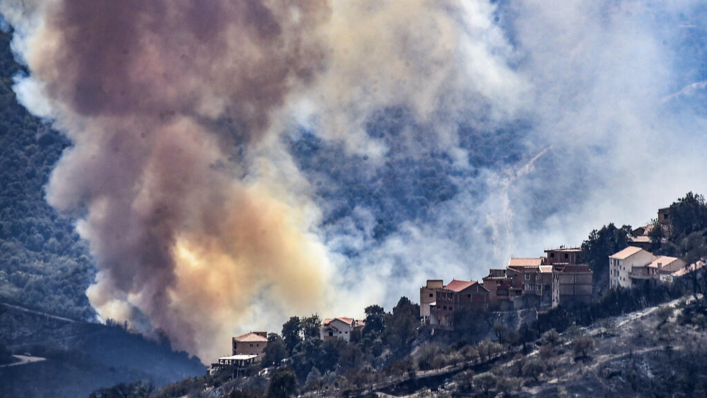 Wildfires continue to rage in Algeria, 22 suspected arsonists arrested thumbnail