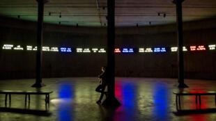 Una visitante observa la instalación del artista nigeriano Emeka Ogboh en el museo Tate Modern de Londres, Reino Unido.