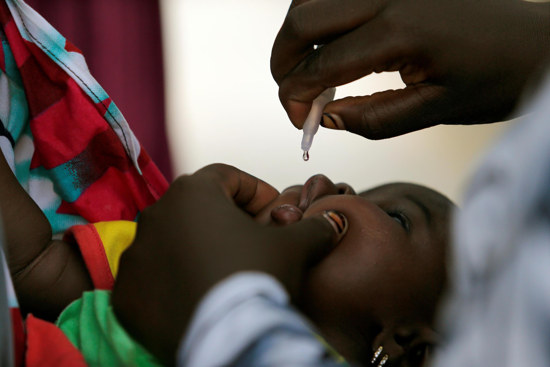 Vaccination d'un enfant contre la polio au Nigeria, le 29 août 2016