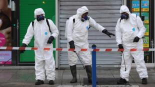 عمال يطهرون شوارع مدينة نيس الفرنسية في 26 آذار/مارس 2020