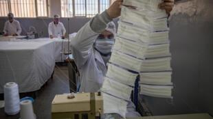 سجناء يصنعون كمامات في سجن في الدار لابيضاء في المغرب في 18 أيار/مايو 2020