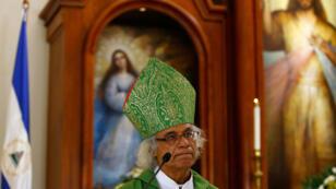 El cardenal católico Leopoldo Brenes hace un gesto durante una misa en la Iglesia Católica Divina de la Misericordia, donde estudiantes se refugiaron luego de ser alcanzados por partidarios progubernamentales armados el 14 de julio en Managua, Nicaragua. Imagen del 22 de julio de 2018.