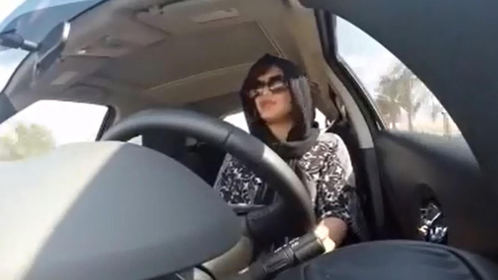 صورة ملتقطة عن الشاشة للناشطة لجين هذلول لدى اقترابها من الحدود السعودية