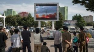 كوريون شماليون يتابعون بثا لإطلاق صاروخ في 16 أيلول/سبتمبر 2017 في بيونغ يانغ