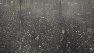 الجماهير تحتفل بنهاية الحرب العالمية الأولى في شوارع باريس، 11 نوفمبر/تشرين الثاني 1918