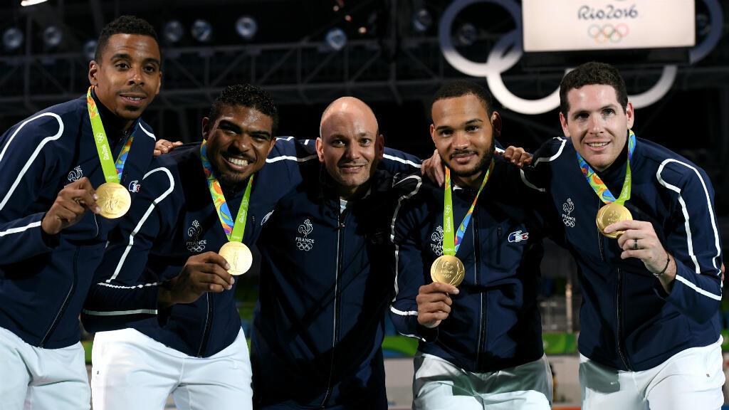 Les épéistes français et leur maître d'armes (au centre) après la remise de la médaille d'or à Rio.