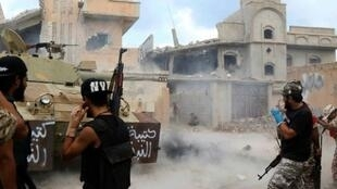 عناصر من القوات الموالية لحكومة الوفاق الوطني يطلقون النيران خلال مواقع للجهاديين في سرت، الأحد 28 آب/أغسطس 2016