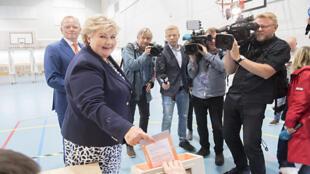 La Première ministre norvégienne Erna Solberg dépose son bulletin dans l'urne, lundi 11 septembre, à Bergen.