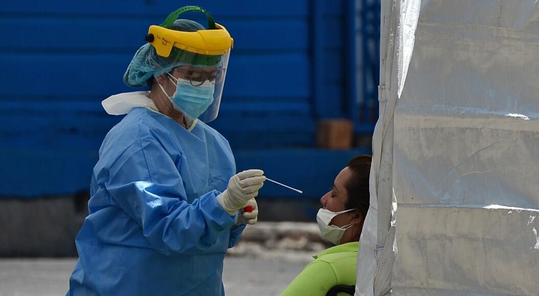 Archivo-Una profesional de salud practica una prueba de Covid-19 a una mujer, en Tegucigalpa, Honduras, el 10 de junio de 2020.