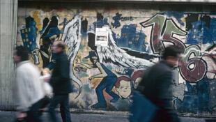 Des ailes d'ange sur un mur de Paris dans les années 80