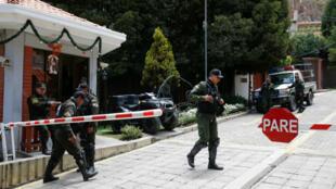 Des gardes devant l'entrée de la résidence de l'ambassadeur mexicain à La Paz, en Bolivie, le 30 décembre 2019.