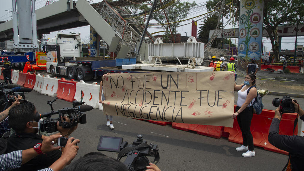 Accident du métro de Mexico: des centaines de manifestants réclament justice