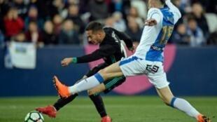 وكاس فاسكيز (يسار) يسجل لريال مدريد في مرمى ليغانيس في الدوري الإسباني لكرة القدم في 21 شباط/فبراير 2018 في ليغانيس