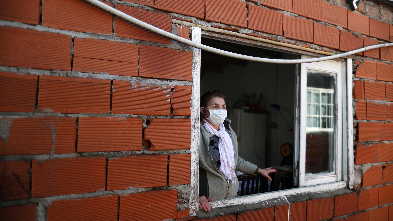 Dionisia Centurion, de 62 años, mira por la ventana de su cocina, durante la propagación de la enfermedad por coronavirus, en Buenos Aires, Argentina, 2 de julio de 2020.