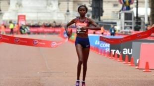 La Kényane Brigid Kosgei remporte pour la première fois de sa carrière le Marathon de Londres, le 28 avril 2019