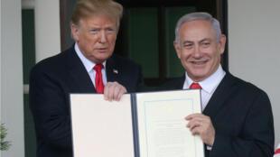El presidente Donald Trump y el primer ministro Benjamin Netanyahu sostienen la proclamación que reconoce los Altos del Golán como territorio de Israel el 25 de marzo de 2019 en Washington D.C.