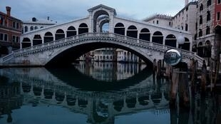 FILE PHOTO: General view of Rialto Bridge and the empty Grand Canal, as the spread of the coronavirus disease (COVID-19) continues in Venice, Italy, April 28, 2020. R