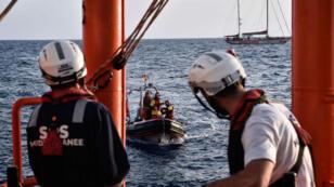 Des membres de l'équipage de l'Aquarius, bateau humanitaire de Médecins sans frontières, le 7 mai dernier, sur la Méditerranée.
