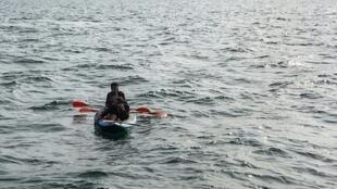 مهاجرون على متن زورق صغير يحاولون عبور بحر المانش بين فرنسا وبريطانيا في 04 آب/أغسطس 2018