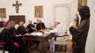 El Papa Francisco recibe amiembros de la Conferencia Episcopal de Chile en el Vaticano, el 14 de enero de 2019.