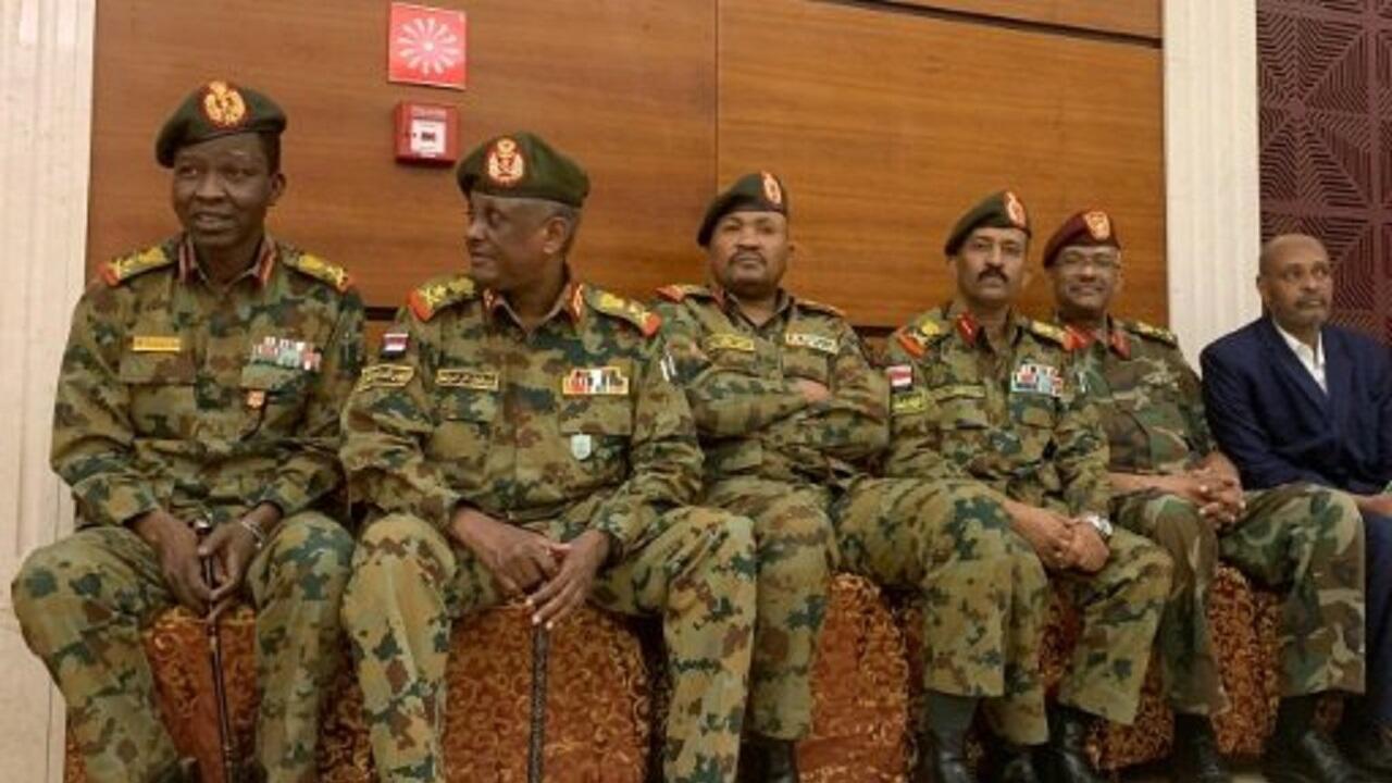 أعضاء في المجلس العسكري الحاكم في السودان قبل الإعلان عن توقيع وثيقة الاتفاق السياسي في الخرطوم. 17 يوليو/تموز 2019.