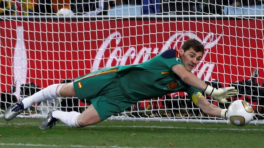 Casillas interviene en la final del Mundial de Fútbol en Sudáfrica ante Países Bajos. Johannesburgo, 11 de julio de 2010.