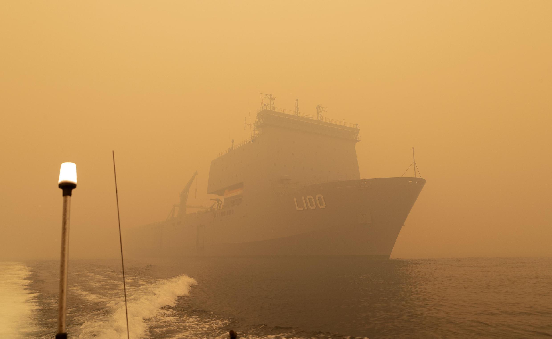 Un navire de la Royal navy arrivant près des côtes de Mallacoota, le 2 janvier 2020.