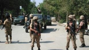 جنود باكستانيون في مدينة بيشاور