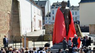 La statue de Karl Marx, sur le point d'être dévoilée lors du bicentenaire de la naissance du philosophe, le 5 mai 2018 à Trèves, en Allemagne.