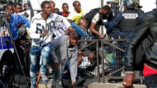 Des policiers évacuent les sans-papiers occupant le Panthéon pour demander leur régularisation, le 12 juillet 2019 à Paris.