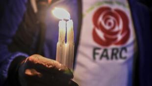 Un simpatizante de la FARC se manifiesta en los alrededores de la Oficina del Fiscal General en Bogotá el 9 de abril de 2018, en contra de la detención del ex negociador de paz de las FARC, Jesús Santrich, a solicitud de un tribunal de Estados Unidos por narcotráfico
