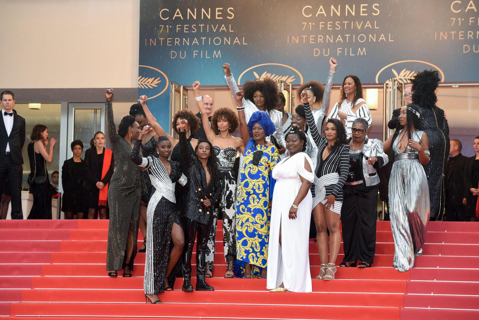 Las actrices autoras de 'Negra no es mi trabajo' posan arriba de los escalones del Palacio de los Festivales. Su objetivo: desafiar al público en general sobre clichés sexistas y racistas en el cine francés.