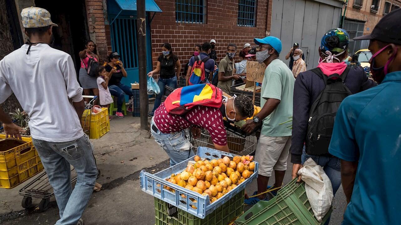 Archivo: La falta de dinero procedente de las remesas ha hecho que miles de venezolanos que dependían de ellas, dejen de comprar productos básicos de la canasta. Imagen de Caracas, Venezuela, el 14 de julio de 2020.
