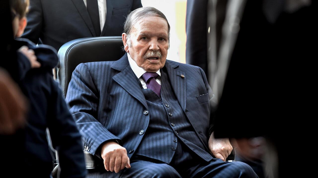 En esta foto de archivo tomada el 23 de noviembre de 2017, el presidente argelino Abdelaziz Bouteflika es visto en un centro de votación en la capital, Argel, durante las elecciones locales.