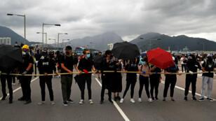 Los manifestantes bloquean la carretera que conduce al aeropuerto internacional de Hong Kong, el primero de septiembre de 2019.