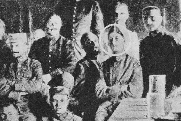 Une photo prise clandestinement par un camarade de captivité inconnu au camp de Szczuczyn (Pologne). Le capitaine de Gaulle est au centre.