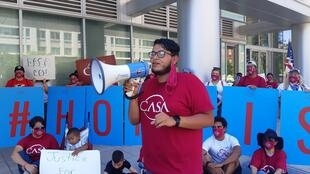Jorge Benítez habla durante una manifestación en contra del anuncio de Estados Unidos sobre el fin a la recepción de nuevas solicitudes de protección migratoria para jóvenes, en Washington, el 29 de julio de 2020