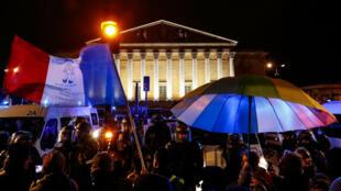 Plusieurs centaines de personnes se sont rassemblées samedi 29 février 2020 devant l'Assemblée nationale pour protester contre le recours au 49-3 du gouvernement pour faire passer la réforme des retraites sans vote.
