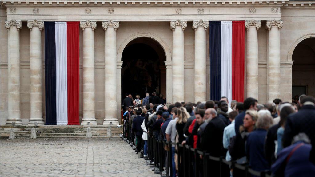 Los franceses hacen fila para rendir homenaje al fallecido expresidente francés Jacques Chirac durante el tributo nacional en París, Francia, el 29 de septiembre de 2019.