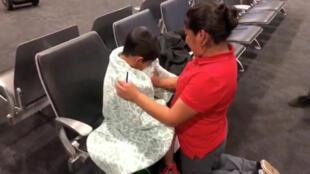 Una madre migrante y su hijo se reúnen después estar separados, en el Aeropuerto Internacional de Baltimore-Washington, el 22 de junio de 2018.