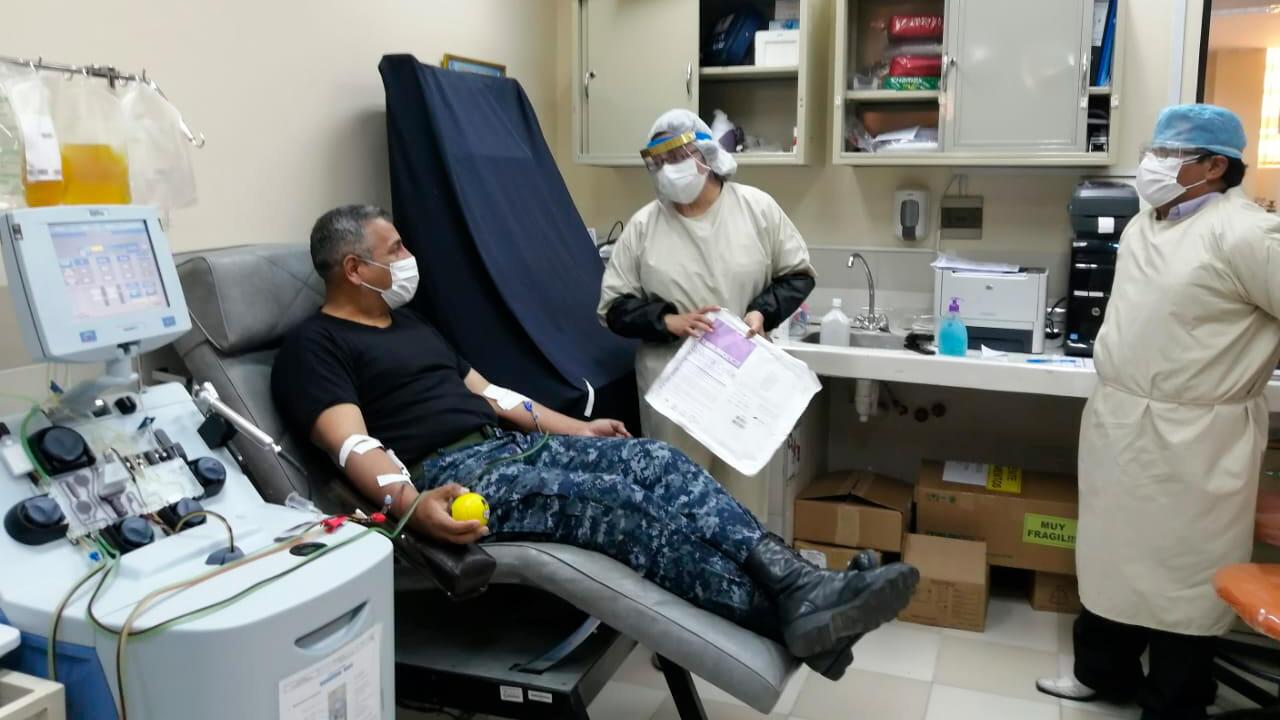 Un militar boliviano se somete a una extracción de plasma hiperinmune para hacer una donación en el hemocentro del Hospital de Clínicas de La Paz bajo la supervisión de la doctora Andrea Santiesteban (centro) y otro médico asistente.