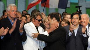 Johnny Hallyday félicite Nicolas Sarkozy après son discours de clôture de l'université d'été de l'UMP le 3 septembre 2006.