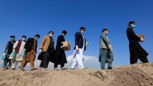 أعضاء من نشطاء المجتمع المدني يوزعون أقنعة ضمن حملة توعية بفيروس كفي مقاطعة نانجارهار بأفغانستان 18 مارس/ آذار 2020.