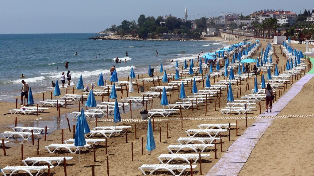 Las tumbonas están alineadas respetando el distanciamiento social en la playa de Yemis Kumu, cerca de la ciudad mediterránea de Mersin, Turquía, el 22 de junio de 2020.