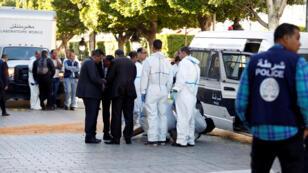 La policía asegura el área mientras expertos forenses trabajan cerca del sitio de una explosión en el centro de la capital tunecina, Túnez, 29 de octubre de 2018.