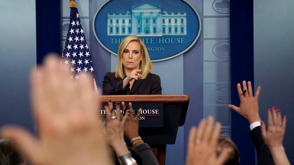 La secretaria de Seguridad Nacional, Kirstjen Nielsen, escucha una pregunta durante la conferencia de prensa sobre la seguridad fronteriza de Estados Unidos en la sede de la Casa Blanca en Washington.
