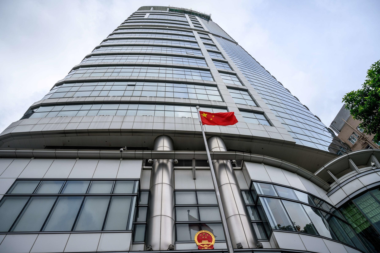"""العلم الصيني أمام مكتب """"الأمن القومي"""" في هونغ كونغ بعد تدشينه في 8 تموز/يوليو 2020."""
