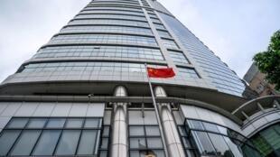 العلم الصيني أمام مكتب حماية الأمن القومي في هونغ كونغ بعد تدشينه في 8 تموز/يوليو 2020.
