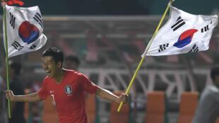 Son Heung-min célèbre la victoire de la Corée du Sud face au Japon, le 1er septembre, à Cibinong en Indonésie.