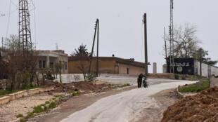 Un soldat syrien près d'un bâtiment flanqué d'un graffiti de l'EI à Deir Hafer, près d'Alep, le 30 mars 2017. (Image d'illustration)